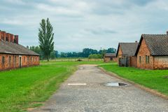 Auschwitz, Polonia - 12 de agosto de 2017: choza del ladrillo en campo de concentración de Auschwitz Birkenau Imagenes de archivo