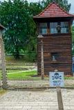 Auschwitz, Polonia - 12 de agosto de 2017: Señal de peligro del primer del campo de concentración de Auschwitz en la línea de pel Imágenes de archivo libres de regalías