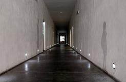 Auschwitz, Polska - 06 15 2017: Długa perspektywa i cienie na ścianach w korytarzu Śmiertelny kampus w Auschwitz koncentracyjnym  Fotografia Stock