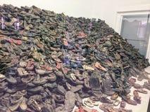Auschwitz, Polska/- 08 07 2017: Koncentracyjny obóz auschwitz w Oswiecim, Polska Buty żyd Zabijać w Niemieckim przeciwie zdjęcie stock