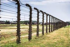 AUSCHWITZ POLSKA, Lipiec, - 11, 2017 Koszaruje i drut kolczasty w a Fotografia Stock
