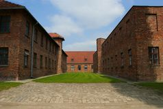 Auschwitz Polska, MAJ 28 2008,/: Więźnia ` s koszaruje w koncentraci i eksterminacja obozie Auschwitz, Birkenau - obraz stock