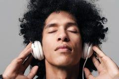 Auscultadores da música do Afro Fotografia de Stock
