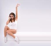 Auscultadores desgastando do DJ da mulher bonita Imagens de Stock Royalty Free