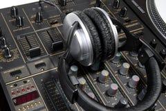 Auscultadores do DJ no misturador Imagens de Stock