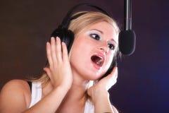 Auscultadores do microfone da canção da rocha do canto da mulher Fotografia de Stock