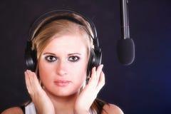 Auscultadores do microfone da canção da rocha do canto da mulher Imagens de Stock