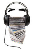 Auscultadores na opinião dianteira do montão cd Fotografia de Stock Royalty Free