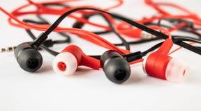 auscultadores pretos e vermelhos no fundo branco fotografia de stock