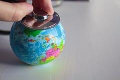 Auscultate zdrowie planety ziemia z stetoskopem zdjęcie royalty free