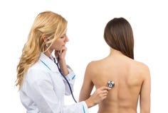 Auscultating patient med stetoskopsjukgymnastik Royaltyfri Fotografi