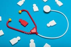 Auscultazione del cuore del bambino, concetto di malattia di cardiologia Stetoscopio clinico immagini stock