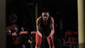 ausdauer Die muskulöse Frau, die mit trainiert, fangen crossfit Turnhalle ein