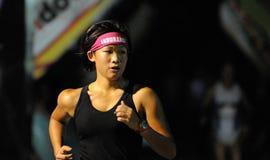 Ausdauer-Hauptband auf Frauen-Marathon-Seitentrieb Stockfotos