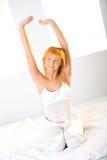 Ausdehnen auf Bett Stockbilder