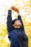 Ausdehnen der Arme und zurück Stockfotos