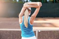 Ausdehnen des Sportfrauen- oder Tennisspieleraufwärmens Stockbild