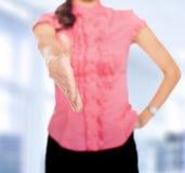Ausdehnende Hand der Geschäftsfrau zur Erschütterung stockbilder
