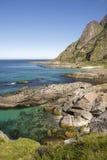 Ausdehnung der Küste mit grünem Smaragdmeer in Lofoten in Norwegen Stockfotos