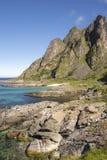 Ausdehnung der Küste mit grünem Smaragdmeer in Lofoten in Norwegen Lizenzfreie Stockfotografie