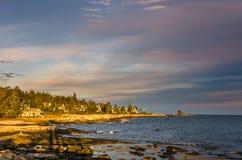 Ausdehnung der schroffen Küste bei Sonnenuntergang Stockfotografie