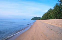 Ausdehnung des einsamen Strandes Stockbild