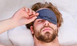 Ausdehnung nach morgens aufwachen Bemannen Sie glaubenden hinteren Schmerz im Bett, nachdem Sie geschlafen haben Aufwachen des Au lizenzfreies stockbild