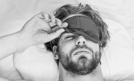 Ausdehnung nach morgens aufwachen Bemannen Sie glaubenden hinteren Schmerz im Bett, nachdem Sie geschlafen haben Aufwachen des Au lizenzfreie stockfotografie