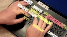 Ausdrücke über Geschäft und Finanzierung fliegen weg von Händen auf Tastatur stock video