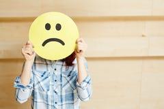 Ausdrücken von Traurigkeit mit Emoji-Maske Lizenzfreie Stockbilder