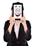 Ausdruck der jungen Geschäftsfrau lächelt in den Tabletten stockbilder
