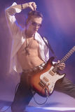 Ausdruck des Gitarristen Playing die E-Gitarre Geschossen mit S Lizenzfreie Stockfotos