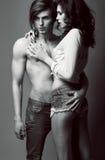 Ausdruck. Vergnügen. Paare von liebevollen Leuten in der Umarmung. Nähe Stockbild