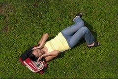 Ausdrucken zur Musik auf Gras Stockfotos