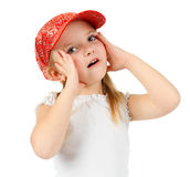 Ausdrucksvolle überraschte Holding des kleinen Mädchens ihr Gesicht Lizenzfreie Stockfotos