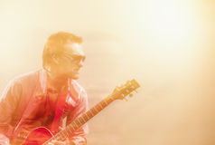 Ausdrucksvolle Gitarrist-Player With Acoustic-Gitarre Geschossen mit Kamm Stockfotos