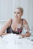 Ausdrucksvolle junge blonde Aufstellung im Restaurant Lizenzfreie Stockfotos