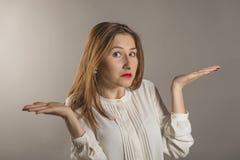 Ausdrucksvolle junge Frau Stockfoto