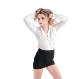 Ausdrucksvolle schöne blonde Mädchenaufstellung Stockbild