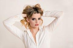 Ausdrucksvolle schöne blonde Mädchenaufstellung Stockbilder