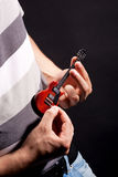 Ausdrucksvoller lustiger Gitarrenspieler der Neigung Lizenzfreie Stockbilder