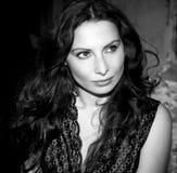 Ausdrucksvolles Portrait der jungen Frau im Monochrom lizenzfreie stockfotografie