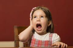 Ausdrucksvolles schönes Spielen des kleinen Mädchens Lizenzfreie Stockbilder