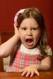 Ausdrucksvolles schönes Spielen des kleinen Mädchens Stockfotos