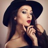 Ausdrucksvolles weibliches Modell mit hellem Make-up und rotem Lippenstift, Mann Lizenzfreies Stockfoto