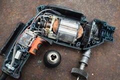 Auseinandergebaute elektrische Bohrmaschine auf Metall verrostete Hintergrund lizenzfreie stockbilder