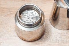 Auseinandergebaute Masche der EisenKaffeemaschine für auslaufenden Vanillepuddingkaffee stockbild