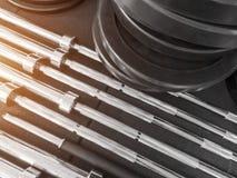 Auseinandergebauter Barbell auf Boden in der Turnhalle lizenzfreies stockfoto