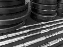 Auseinandergebauter Barbell auf Boden in der Turnhalle stockbilder