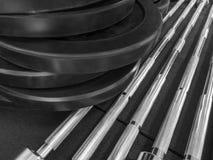 Auseinandergebauter Barbell auf Boden in der Turnhalle lizenzfreie stockfotografie